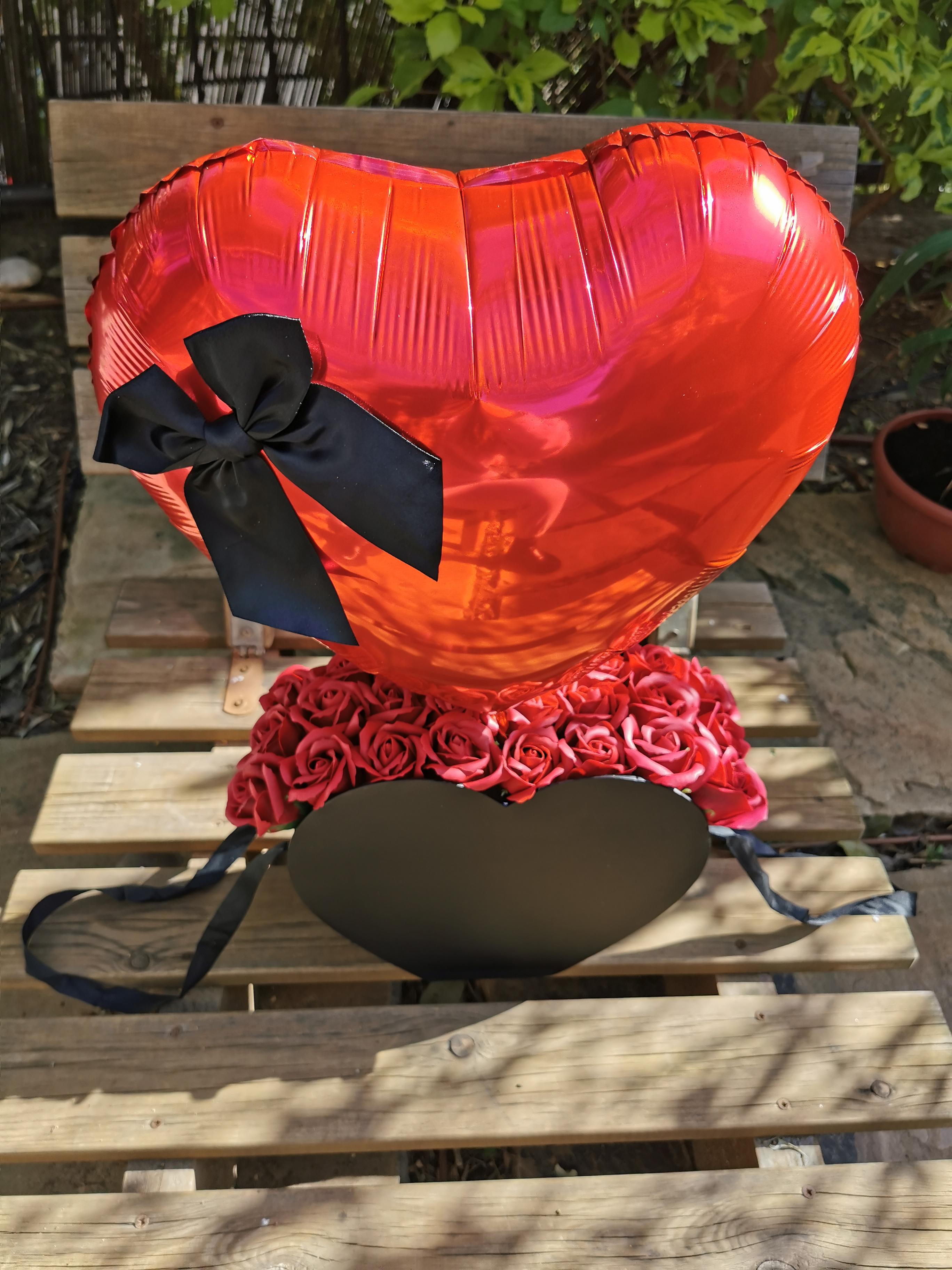 תיק ורדים עם בלון לב