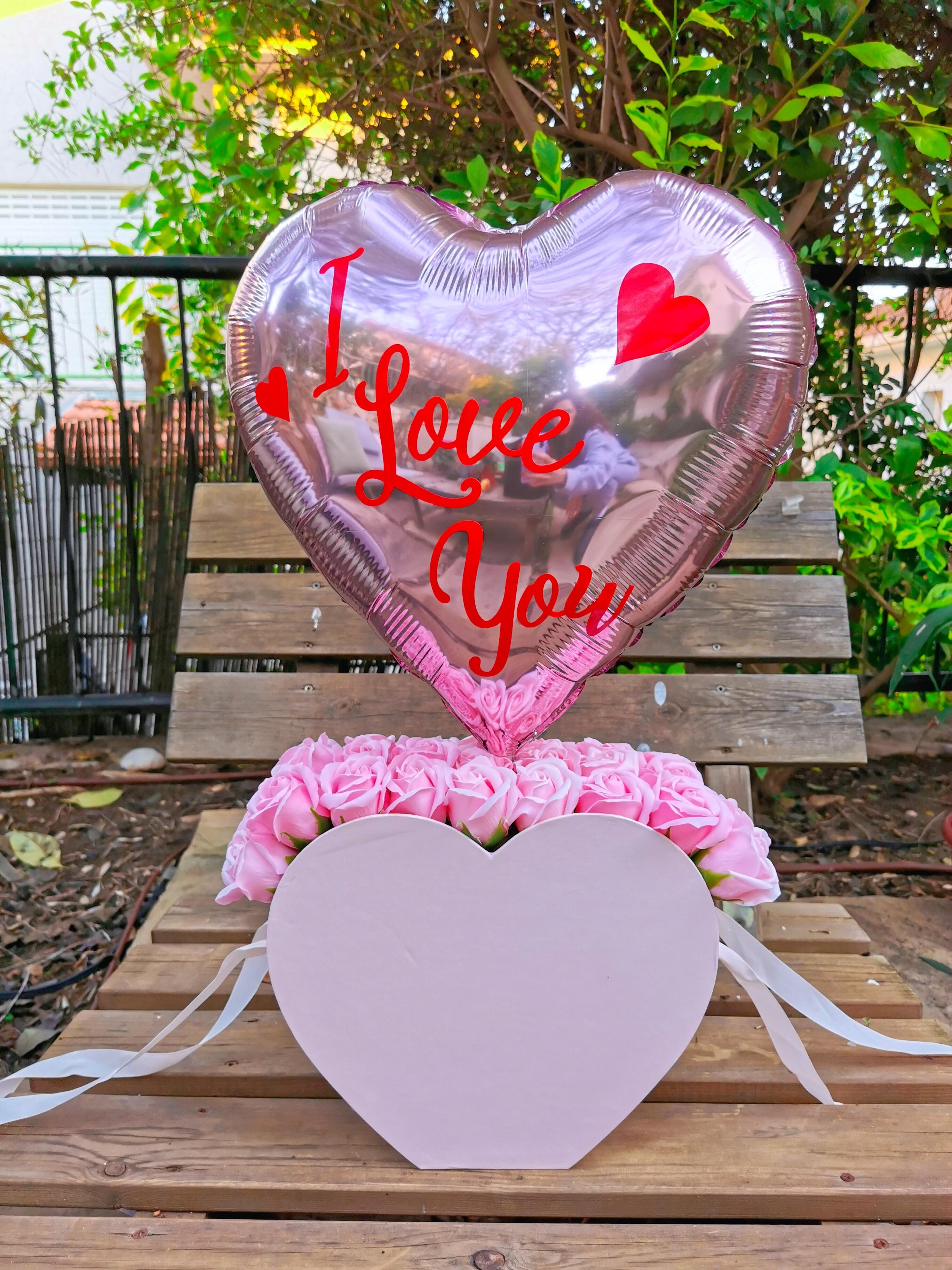 תיק ורדים עם בלון לב כתוביות